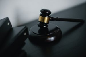 a court hammer as a symbol of how to avoid legal issues when linking to other websites